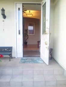 階段をあがった左が玄関になります。